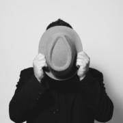Solo-Ingo mit rotem Hut